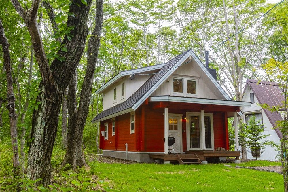三角屋根がかわいい小さな北欧風ログハウス