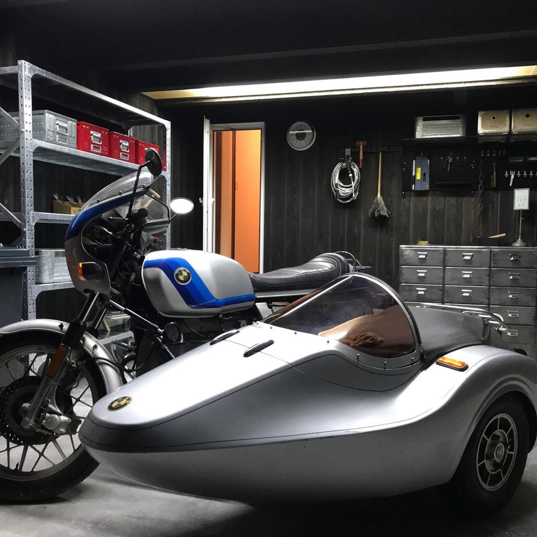 ガレージ内部はダークカラーの木の壁でDIYでのカスタマイズもできます