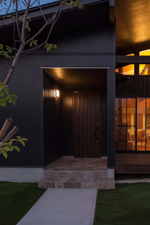 エントランス部分の外壁にガルバリウム鋼板を使用した例