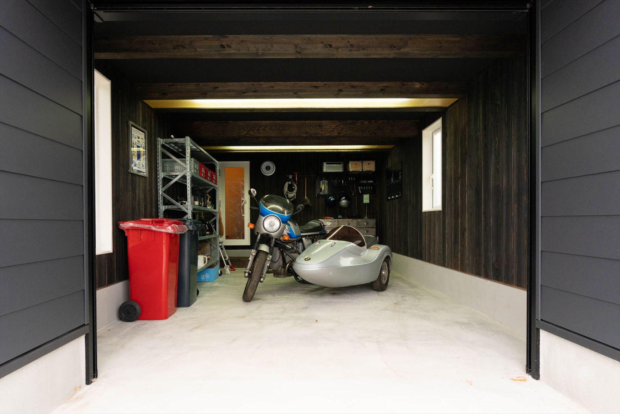 広々としたガレージスペース。玄関とは別に居住スペース側への内扉もついています